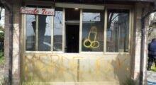 Mirandola, nella notte vandali in azione presso il Circolo Zeni: scritte oscene e una sedia incendiata