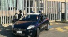 Lavorare, mangiare, dormire: blitz notturno dei carabinieri nel laboratorio cinese
