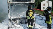 Un altro autobus in fiamme, questa volta a Novi